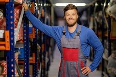Lavoratore in un magazzino dei pezzi di ricambio Immagini Stock Libere da Diritti