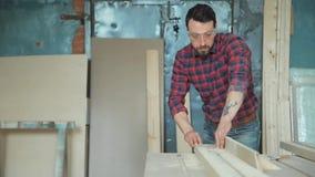 Lavoratore in un'officina di carpenteria video d archivio
