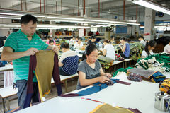 Lavoratore in una fabbrica cinese dell'indumento Immagini Stock Libere da Diritti