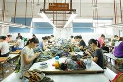Lavoratore in una fabbrica cinese dell'indumento Fotografia Stock