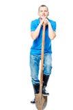 Lavoratore vago con una pala su un fondo bianco Fotografia Stock