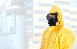 Lavoratore in vestito chimico protettivo. fotografie stock