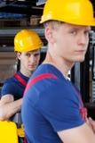 Lavoratori accanto al carrello elevatore Immagine Stock Libera da Diritti