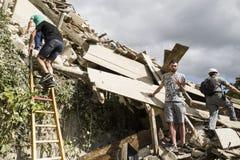 Lavoratori addetti al salvataggio dopo il terremoto, Pescara del Tronto, Italia Fotografie Stock Libere da Diritti
