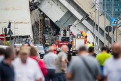 Lavoratori addetti al salvataggio sul ponte di Morandi a Genova, Italia fotografia stock libera da diritti