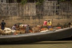Lavoratori al mercato locale nel Myanmar Immagini Stock