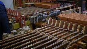 Lavoratori alla fabbrica che fa i blocchi ed i mattoni stock footage