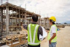 Lavoratori asiatici dell'ingegnere di costruzione dell'uomo di affari al cantiere Fotografia Stock