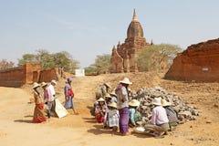 Lavoratori birmani nel sito archeologico di Bagan, Myanmar immagini stock libere da diritti