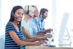 Lavoratori casuali di call-center nell'ufficio Immagine Stock