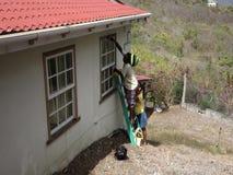 Lavoratori che eseguono manutenzione su una casa nei tropici archivi video