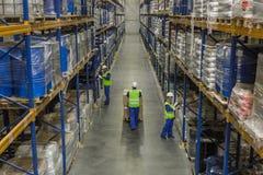 Lavoratori che fanno il loro affare in deposito fotografia stock libera da diritti