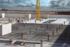 Lavoratori che fanno struttura per il pavimento di calcestruzzo Immagine Stock