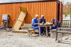 Lavoratori che hanno una pausa per pasti La gente sta mangiando fra l'ufficio cont. Fotografie Stock Libere da Diritti