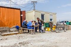 Lavoratori che hanno una pausa per pasti La gente sta mangiando fra l'ufficio cont. Fotografia Stock
