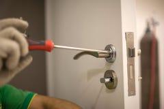 Lavoratori che installano le serrature Fotografie Stock Libere da Diritti