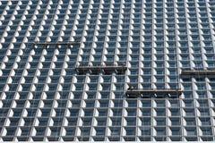 Lavoratori che lavano le finestre del grattacielo moderno Fotografia Stock