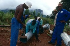Lavoratori che posano i tubi, Malawi Fotografia Stock