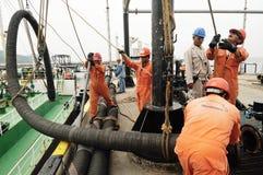 Lavoratori che preparano per il carico del petrolio greggio fotografia stock libera da diritti
