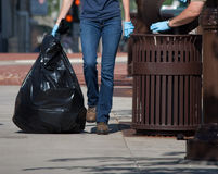 Lavoratori che puliscono immondizia Immagine Stock