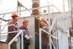 Lavoratori che riparano trasformatore elettrico fotografie stock libere da diritti