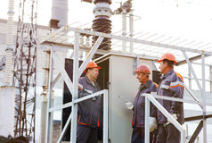 Lavoratori che riparano un trasformatore alla centrale elettrica fotografie stock libere da diritti