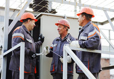 Lavoratori che riparano un trasformatore alla centrale elettrica immagine stock libera da diritti