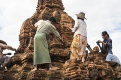 Lavoratori che ristabiliscono uno stupa nel Myanmar. Fotografia Stock Libera da Diritti