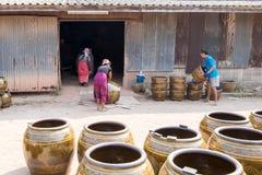 Lavoratori che rotolano i lotti dei vasi da fiori di Drgon Immagine Stock Libera da Diritti