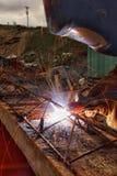 Lavoratori che saldano acciaio Fotografie Stock Libere da Diritti