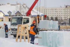 Lavoratori che scaricano i blocchi di ghiaccio da un'automobile immagine stock libera da diritti