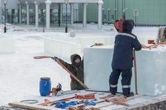 Lavoratori che scaricano i blocchi di ghiaccio da un'automobile fotografie stock libere da diritti