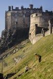 Lavoratori che scavano terra accanto al castello di Edimburgo, Scozia Fotografie Stock Libere da Diritti