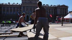 Lavoratori che sviluppano la fase della via per l'evento di estate Prenda i bordi di legno Giorno pieno di sole video d archivio