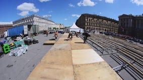 Lavoratori che sviluppano la fase della via per l'evento di estate Presenti i bordi di legno sugli ostacoli stock footage