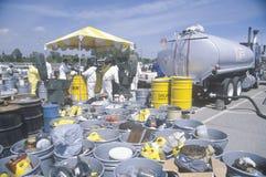 Lavoratori che trattano i rifiuti domestici tossici al sito di smaltimento dei rifiuti sulla giornata per la Terra nella pianta d Fotografie Stock Libere da Diritti