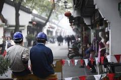 Lavoratori cinesi con il casco blu a Hangzhou, Cina fotografia stock libera da diritti