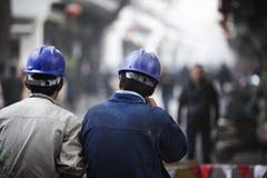 Lavoratori cinesi con il casco blu a Hangzhou, Cina immagine stock libera da diritti