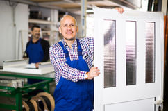 Lavoratori con le finestre e le porte del PVC Immagini Stock Libere da Diritti