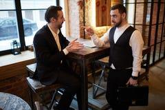 Lavoratori corporativi che si incontrano in caffè immagine stock libera da diritti
