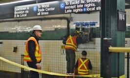 Lavoratori degli impiegati del sottopassaggio di NYC che riparano i lavori sotterranei del metropolitana di new york delle piste  immagini stock