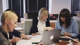 Lavoratori del collare di ambizioni che fanno confrontare le idee ricerca in ufficio stock footage