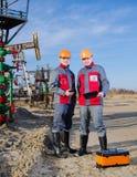 Lavoratori del giacimento di petrolio Immagini Stock