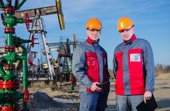 Lavoratori del giacimento di petrolio Immagine Stock