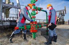 Lavoratori del giacimento di petrolio Fotografia Stock