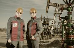Lavoratori del giacimento di petrolio Immagini Stock Libere da Diritti