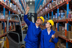 Lavoratori del magazzino che controllano l'inventario fotografie stock libere da diritti