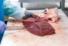 Lavoratori del mattatoio della carne di taglio in una fabbrica della carne Immagini Stock Libere da Diritti