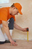 Lavoratori del parquet sul lavoro della pavimentazione Fotografie Stock Libere da Diritti