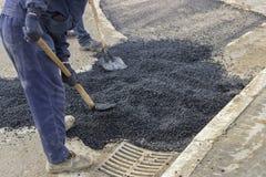 Lavoratori dell'asfalto con le pale che rattoppano asfalto 2 immagini stock libere da diritti